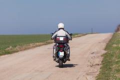 在摩托车的骑自行车的人骑马 驾驶在摩托车的空的路游览旅途 库存照片