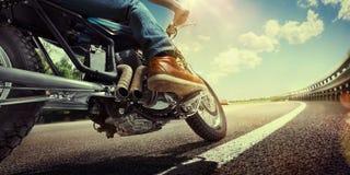 在摩托车的骑自行车的人骑马 库存图片