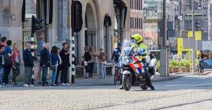 在摩托车的Policeofficer 免版税库存图片