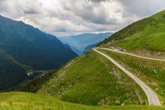 在摩托车路的多云天空在喀尔巴汗,罗马尼亚 免版税库存照片