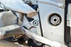 在摩托车金属发动机零件的特写镜头 免版税库存图片