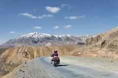 在摩托车骑马的夫妇在山中 免版税库存照片