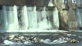 在摩拉瓦河、水力发电的动力火车,在冬天结冰的水中与冰和冰柱的测流堰下雪,欧洲 股票录像