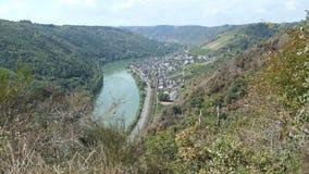 在摩泽尔河风景的鸟瞰图点Kasteschkopp与村庄Klotten和科赫姆德国 远足在Dortebachta内 股票视频