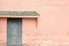 在摩洛哥大厦的老传统伊斯兰教的门 免版税库存图片
