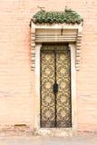 在摩洛哥大厦的老传统伊斯兰教的门 库存图片