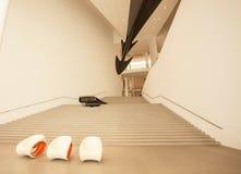 在摩登呢著名博物馆Pinakothek的der入口的空的台阶  库存图片