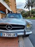 在摩纳哥停放的豪华老奔驰车跑车 免版税库存照片