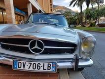 在摩纳哥停放的豪华老奔驰车跑车 免版税库存图片