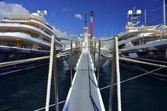 在摩纳哥港口的Lluxury yachs 图库摄影