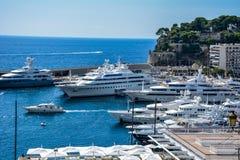 在摩纳哥的港口的游艇 库存照片