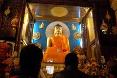 在摩诃菩提寺里面的金黄菩萨, Bodhgaya,比哈尔省,印度 免版税库存照片