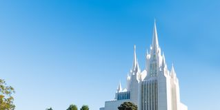 在摩门教堂的蓝天在圣地亚哥 免版税库存图片