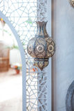 在摩洛哥光灯笼装饰的选择聚焦点在客厅内部-葡萄酒滤光器 免版税库存照片