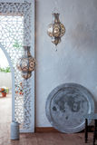 在摩洛哥光灯笼装饰的选择聚焦点在客厅内部-葡萄酒滤光器 免版税库存图片