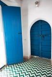 在摩洛哥宫殿的角落的蓝色木门 库存照片