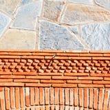 在摩洛哥非洲纹理摘要墙壁砖的红色t ile 免版税库存照片