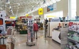 在撒丁岛机场的免税店 库存图片