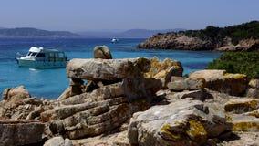 在撒丁岛海岸,撒丁岛,意大利,海滩的一个小船航行 库存图片