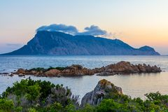 在撒丁岛的海岸的日出 免版税库存照片