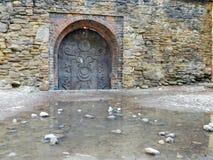 在撒克逊人的塔附近的老中心地区媒介的门和教会 免版税库存照片