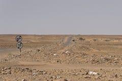 在撒哈拉大沙漠的路 库存照片