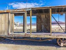 在撒拉族在爱德华多Avaroa国民Reser的de Uyuni附近的Gohst火车 免版税图库摄影