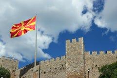 在撒母耳堡垒的马其顿旗子 免版税库存照片