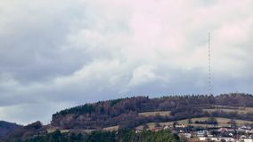 在播放的塔的云彩在小山的上面 晴朗和多云早晨 winer的末端 在桥梁的早晨交通 股票视频