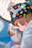 在操作特写镜头期间的妇女外科医生 免版税图库摄影