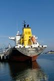 在操作的产品罐车在油港 免版税库存图片