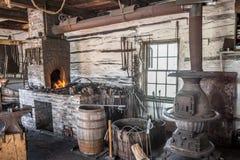 在操作的古色古香的伪造在上加拿大村庄 库存图片