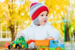 在操场的儿童游戏汽车 免版税图库摄影