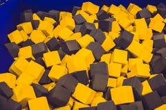 在操场的多彩多姿的泡沫立方体绷床的集中 库存照片