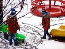 在操场的第一雪黄色,绿色和红色的 库存图片