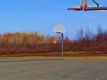 在操场的篮球网 免版税库存图片