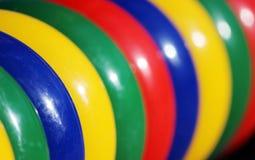 在操场的色的塑料圆环比赛和儿童发育的 库存图片