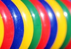 在操场的色的塑料圆环比赛和儿童发育的 库存照片