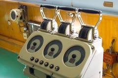 在操舵室破冰船列宁的通信机机器 免版税库存图片
