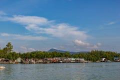 在攀牙湾海岛上的简单的渔村生活在普吉岛附近的,泰国 图库摄影