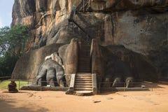在攀登初的狮子的爪子在峭壁,锡吉里耶,斯里兰卡的上面 库存图片