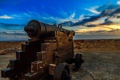 在支架的老西班牙大炮在圣佩德罗火山de La Roca堡垒 免版税图库摄影