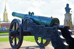 在支架的铸铁大炮 在纪念碑 库存图片