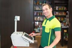 在收款机的出纳员在商店或商店 免版税图库摄影