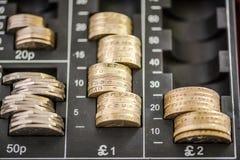 在收款机的英镑硬币 图库摄影