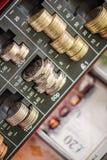 在收款机的英镑硬币 免版税库存图片