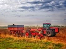 在收获的拖拉机 免版税库存图片