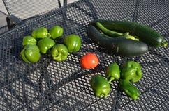 在收获以后的新鲜水果在庭院里 免版税库存图片