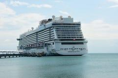 在收获Caye海岛的世界游轮 免版税库存照片