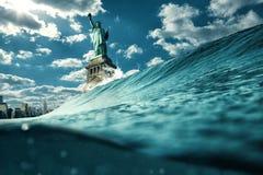 在攻击例证下的自由女神像 全球性变暖,民主和危机概念 免版税图库摄影